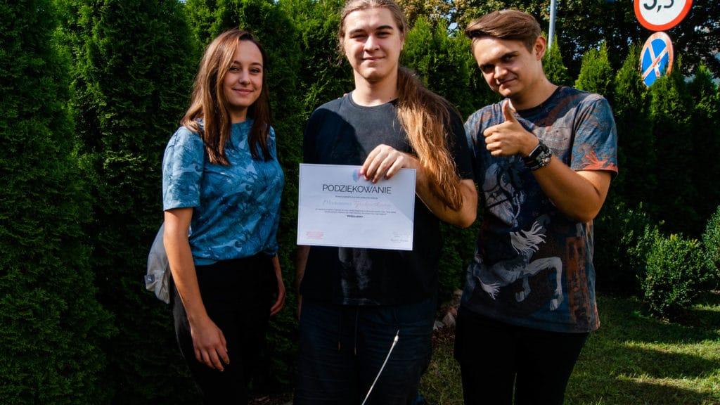 Z poezją namury kierownicy projektu wręczają podziękowanie Marcinowi Tyrakowskiemu